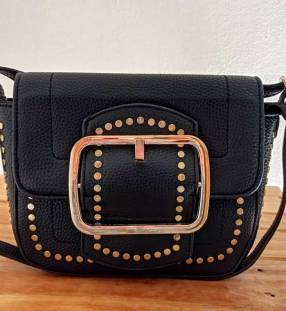 Bolso negro con detalles tipo bandolera