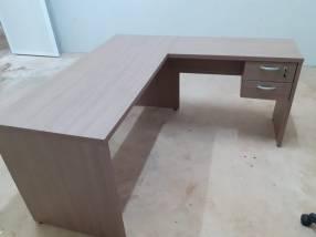 Mesa angular con 2 cajones