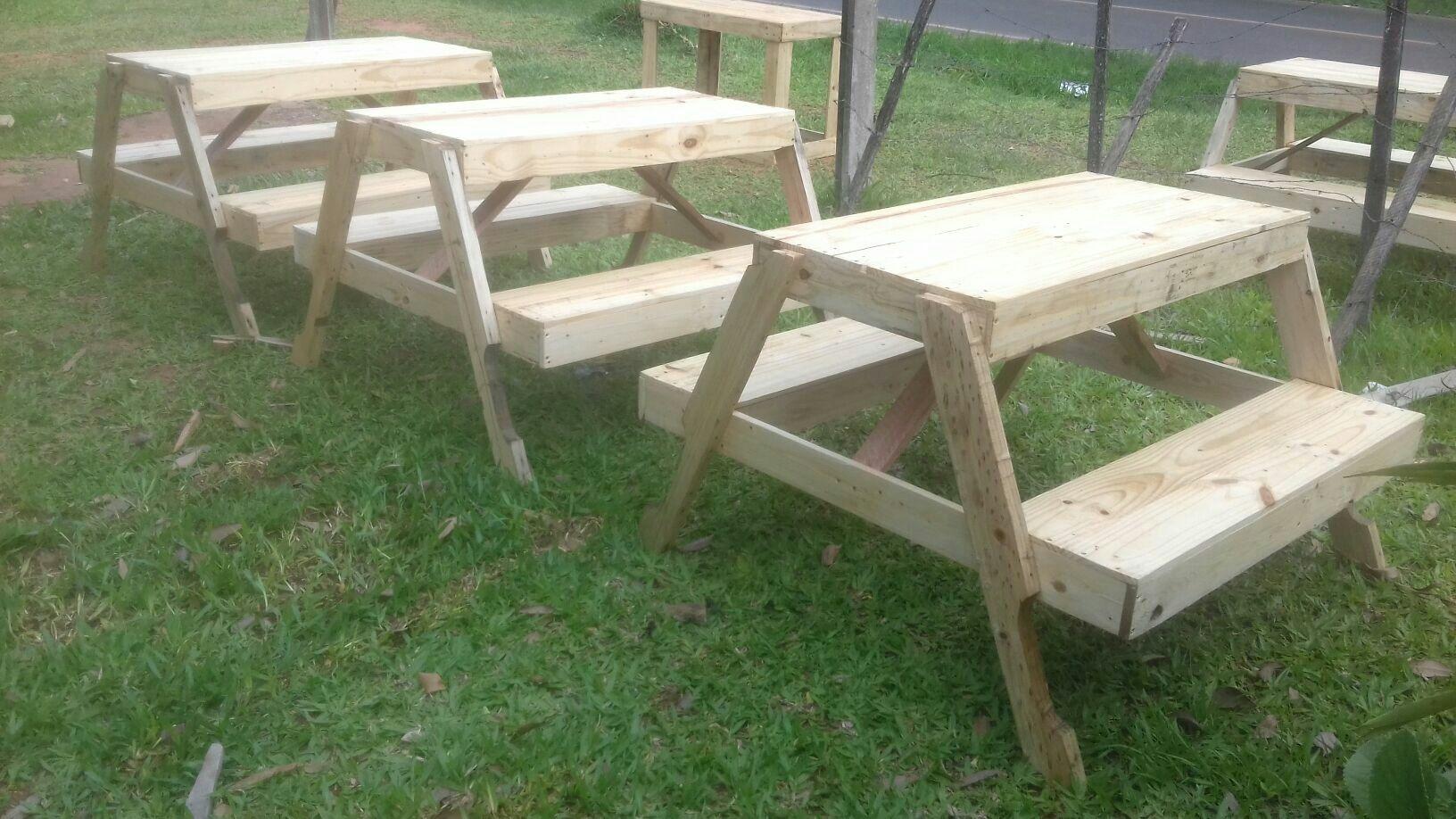 Mesas con bancos hechos de pino
