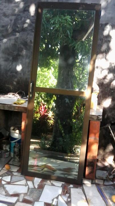 Puerta con vidrio espejado