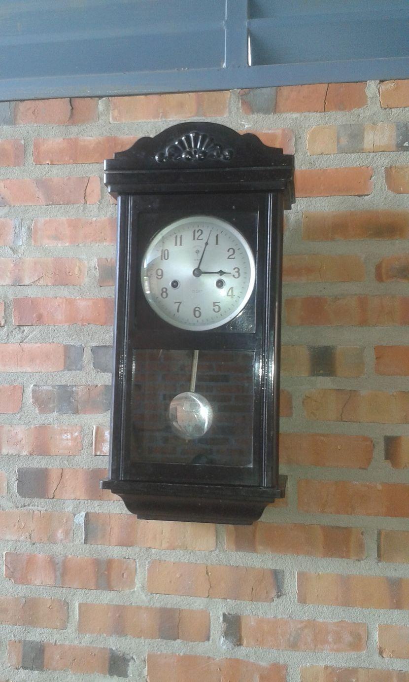 Reloj antiguo a cuerda con péndulo