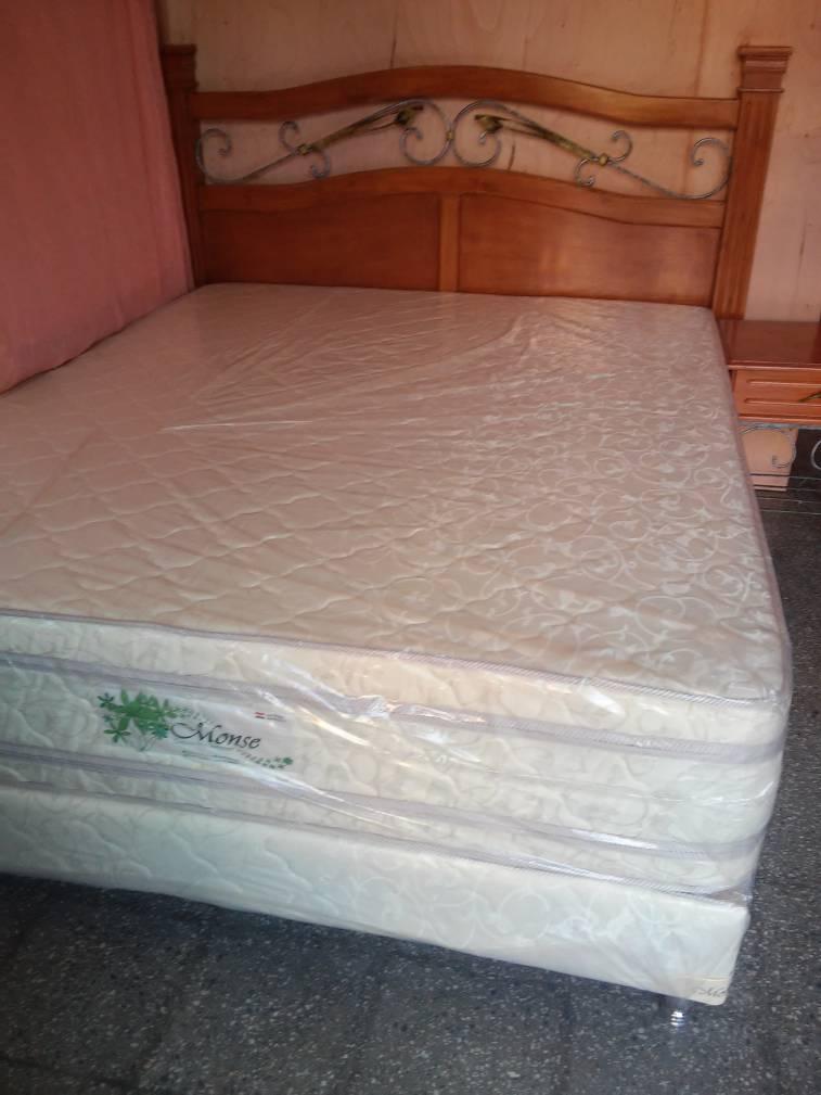 Sommier doble pillow top 1,60 x 2 m. con cabecera de madera lustrada