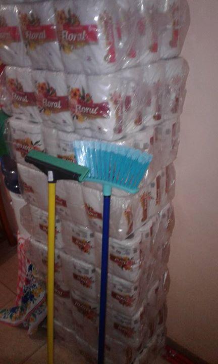 Papel higiénico 48 rollos mas 1 Escoba y 1 escurridor doble goma